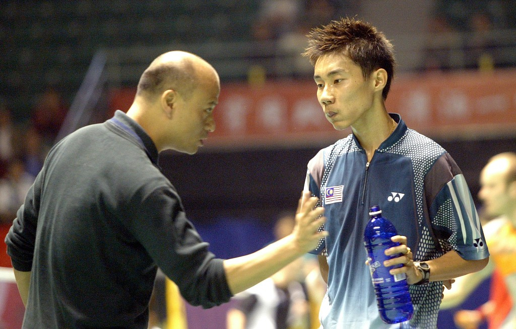 Badminton coach gives advice to its player